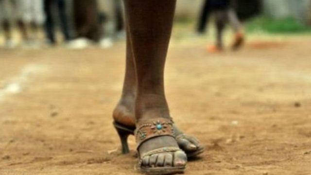 યુવતીના પગની તસવીર