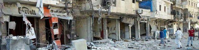 En esta foto proporcionada por los Cascos Blancos sirios de Defensa Civil, hombres contemplan los escombros después de ataques aéreos en el este de Alepo, el viernes 9 de septiembre de de 2016.