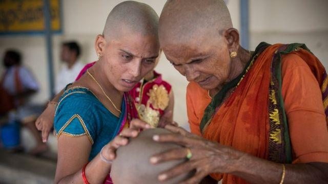 तमिलनाडु के तिरूथतानी में बड़ी संख्या में महिलाएं अपनी मन्नत पूरी हो जाने के बाद मुण्डन कराती हैं.