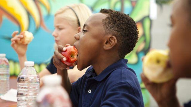 Crianças se alimentam na escola