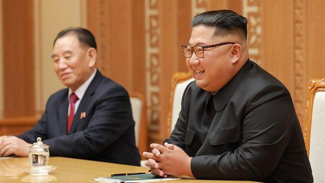 북한 김정은 국무위원장이 5일 특별사절단과 대화를 나누며 웃고 있다