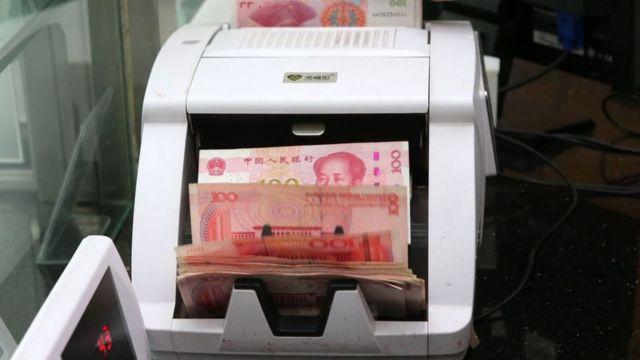 Yuanes en una máquina contadora de billetes