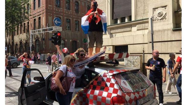 i automobili su u znaku zastava
