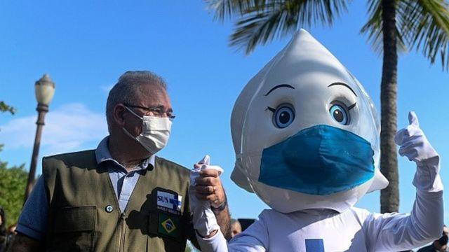 Ministro da Saúde, Marcelo Seguro, dá as mãos para Zé Gotinha de máscaras