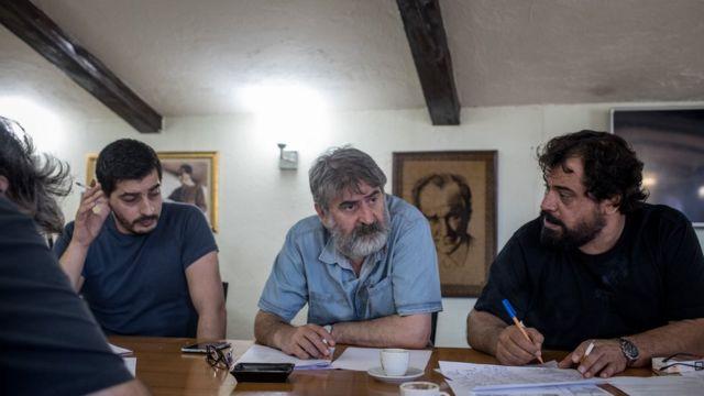 """Cumhuriyet Sorumlu Yazı İşleri Müdürü Faruk Eren (ortada) """"Tüm bu belaların önemli bir nedeninin de antidemokratik yönetim anlayışı olduğuna inanıyorum"""" diyor"""