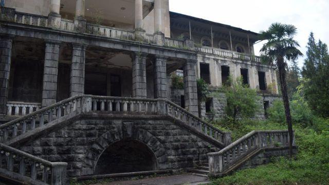 Многие здания все еще стоят заброшенными