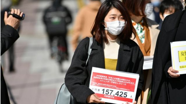 Nojo, in the street with her petition