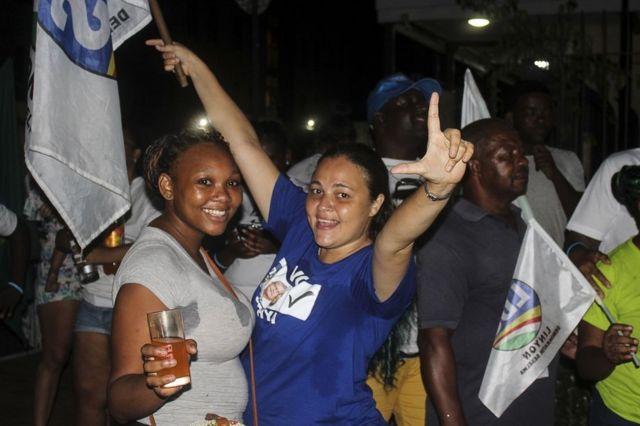 Les partisans de l'opposition sont venus célébrer la victoire ce week-end
