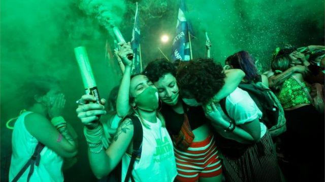 Mujeres celebran la legalización del aborto en Argentina