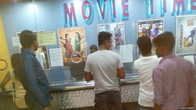 मॉल में लोग फ़िल्म देखने कम पहुंचे