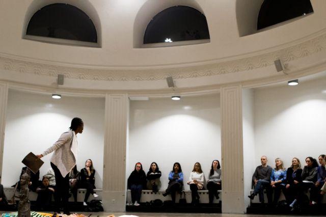 Jewel apresentando sua peça em Copenhague