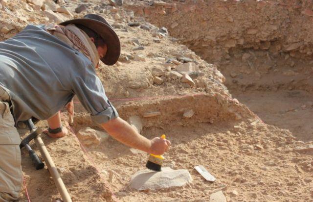 นักโบราณคดีของมหาวิทยาลัยแห่งชาติออสเตรเลีย ที่แหล่งขุดค้นทางตอนกลางของประเทศซาอุดีอาระเบีย