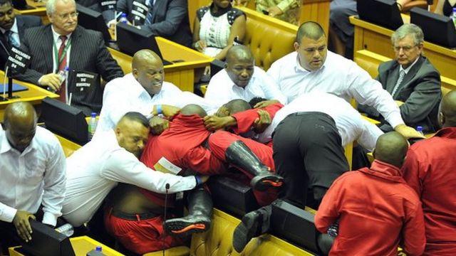 Jeudi, les députés du parti radical Les Combattants de la Liberté Economique (EFF en anglais) ont été expulsés du Parlement après une bagarre avec les forces de sécurité.