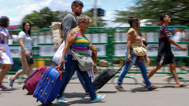 На мосту имени Симона Боливара между Венесуэлой и Колумбией