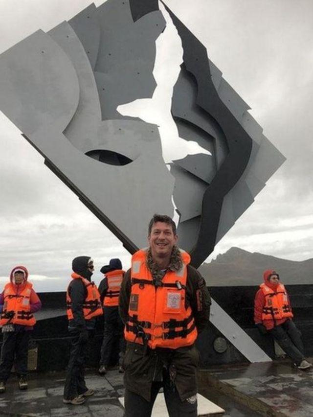 """El autor James Clark, al pie del monumento a los muchos marineros que han perdido la vida intentando """"rodear el Cabo""""."""