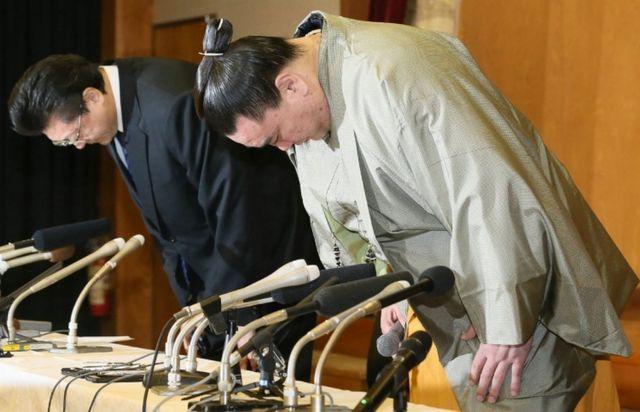 記者会見で謝罪し、頭を下げる日馬富士(右)と師匠の伊勢ケ浜親方(先月29日)