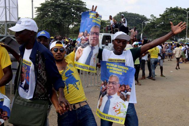 Les soutiens d'Evaristo Carvalho arborant des T-shirts à son effigie à Sao Tome, 18 July