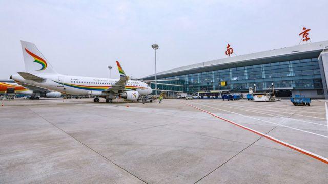 一架西藏航空客机在南京禄口国际机场停机坪停靠闸口(新华社图片27/10/2020)