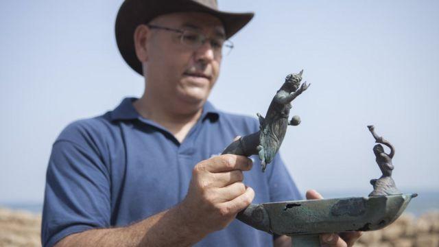 Especialista segura artefatos achados por mergulhadores