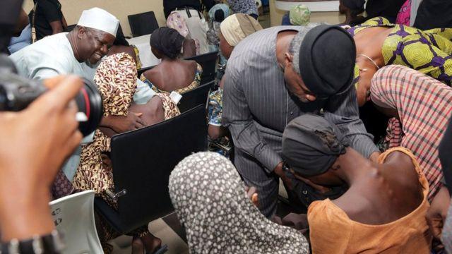Uwungirije President, Yemi Osinbajo (iburyo) yahaye ikaze abakobwa barekuwe.