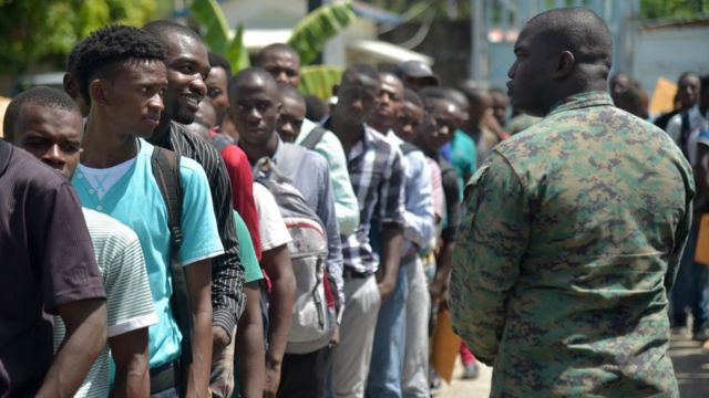 Hombres haciendo fila para anotarse en el registro para ingresar al ejército en Haití.