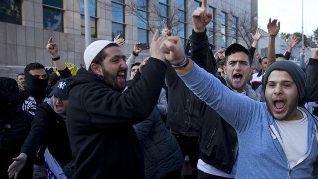Демонстранты перед зданием суда