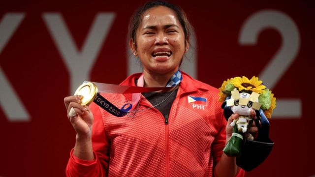 Hidilyn Diaz chorando ao mostrar sua medalha de ouro em Tóqui