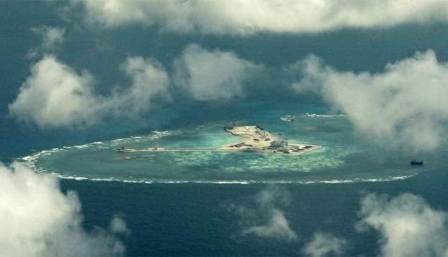 จีนทำให้แนวปะการังหลายแห่งในทะเลจีนใต้กลายเป็นเกาะเทียมที่มีหน่วยทหารประจำการอยู่