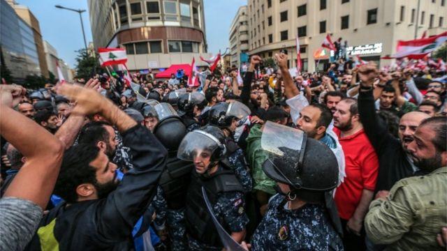 پلیس ضدشورش خود را بین طرفداران حزبالله و مخالفان دولت حائل کرده است