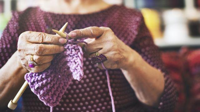 Mujer tejiendo