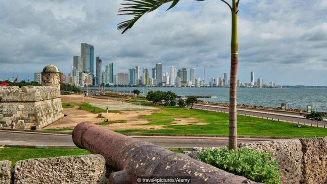 Imagem de cidade e mar na Colômbia