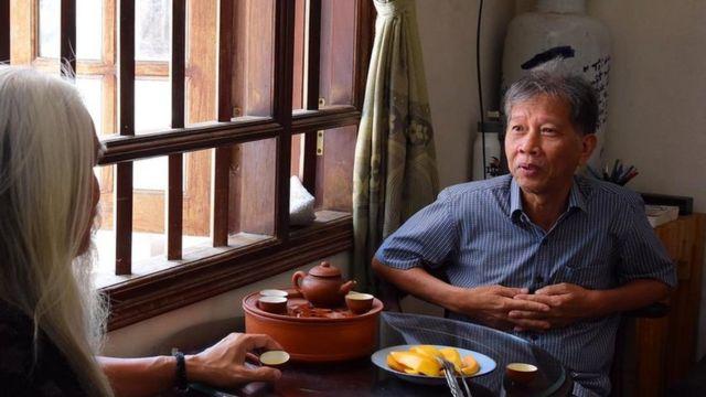 Nhà văn Nguyễn Huy Thiệp (phải)