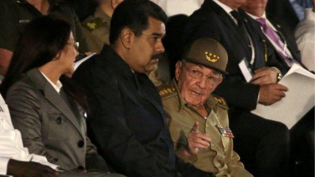 Prezida wa Venezuela Nicolas Maduro, hagati, hamwe na Prezida Raul Castro wa Cuba