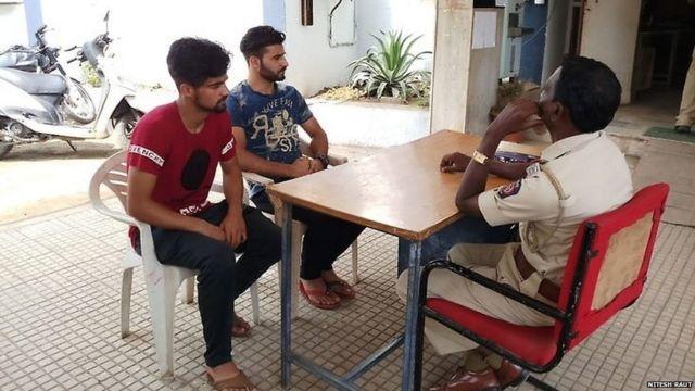 पोलिसांपुढे जबाब नोंदवताना काश्मिरी विद्यार्थी