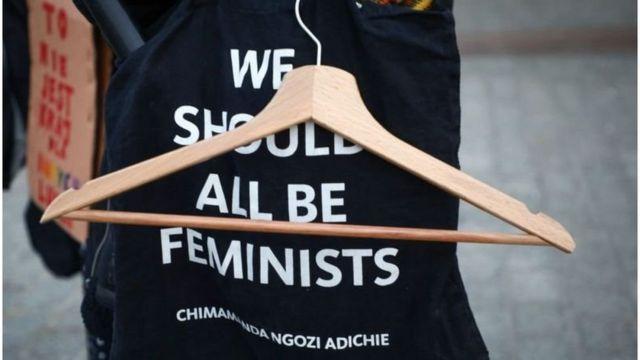 Вешалка в Польше - один из символов протеста. Когда-то именно проволочные вешалки женщины использовали, чтобы самостоятельно избавиться от нежелательной беременности