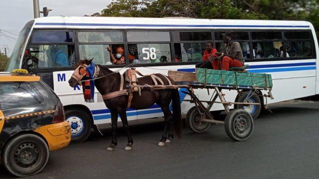 Des passagers dans un bus dans la circulation à Dakar