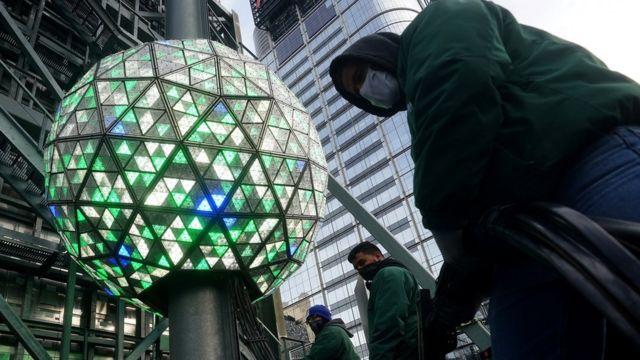 На Таймс-сквер готовят традиционный шар времени, который опускается вместе с наступлением Нового года. Но массового скопления людей на площади не будет.
