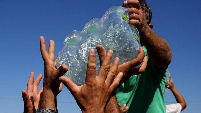 Distribución de botellas de agua
