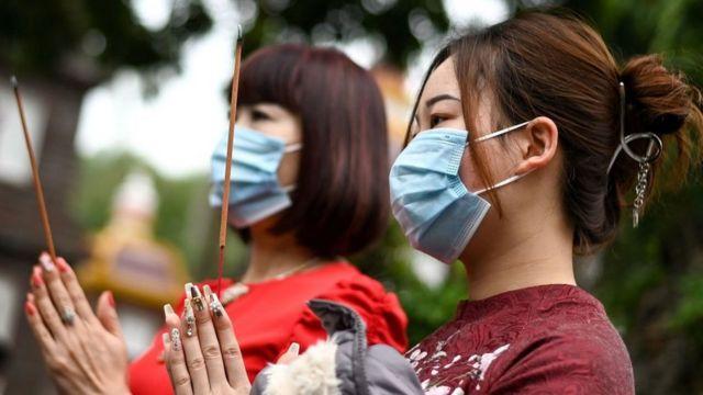 Người dân đi lễ chùa ngày mồng Một Tết Tân Sửu
