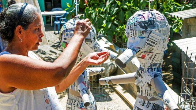 馬爾科用氣球、報紙和陶瓷壺來製作皮納塔