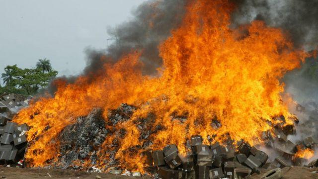 Cette photo prise le 1er novembre 2007 à la décharge de Shagamu, dans l'État d'Ogun, au sud-ouest du Nigeria, montre des cartons de faux médicaments saisis et mis à feu par des fonctionnaires de l'Agence nationale pour l'administration et le contrôle des aliments et des médicaments