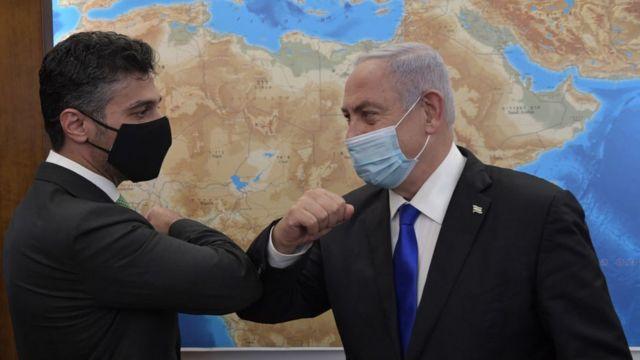 بنيامين نتنياهو والسفير الإماراتي في إسرائيل محمد محمود آل خاجة