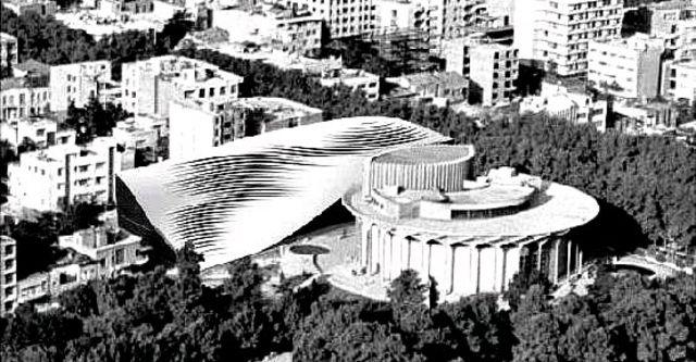 تصویری که موقعیت مسجد را نسبت به ساختمان گرد تئاتر شهر نشان میدهد