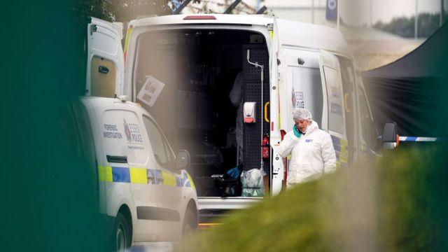 Investigadores no local onde o caminhão foi encontrado