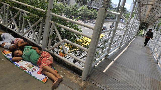 Gelandangan dan jembatan penyeberangan