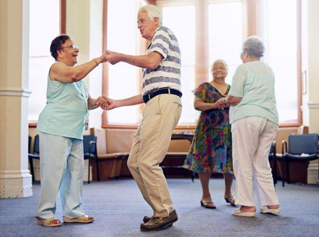 Adultos mayores bailando