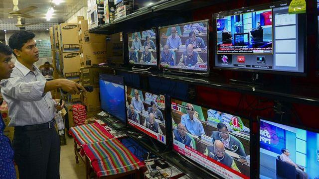 ঢাকার একটি টেলিভিশনের দোকান। (ফাইল ফটো)