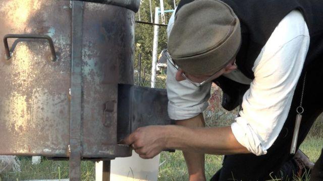 Učesnik Belmužijade paliu vatru