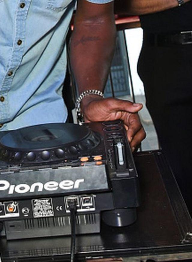 les municipalités locales ont intensifié le financement d'initiatives comme celles-ci, une école de DJ pour les aspirants musiciens.