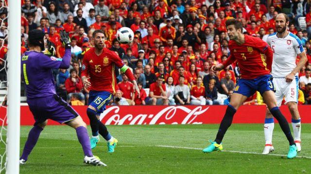 Pique anota el gol de la victoria.